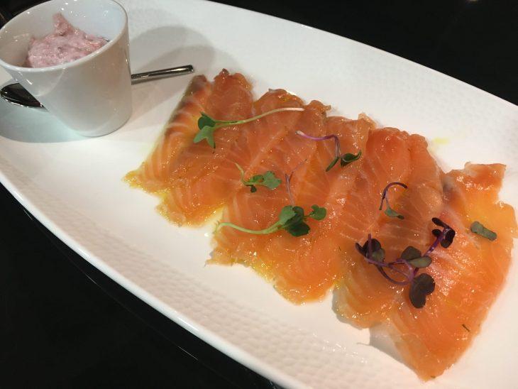 Salmón marinado en casa con una salsa tártara de mostaza violeta y bouquet de color