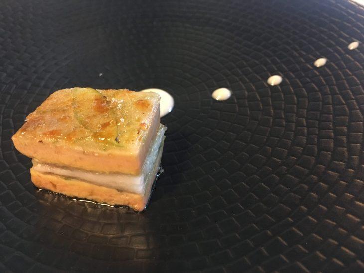Milhojas caramelizadas de anguila ahumada, foie gras, cebolleta y manzana verde