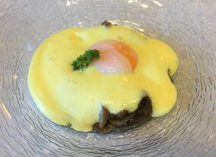 Huevo a 65º con salteado de setas y espuma de parmentine
