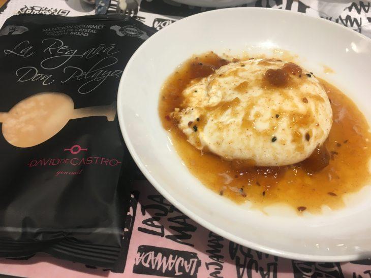 Burrata con chutney de mango especiado y tartufo y una regaña