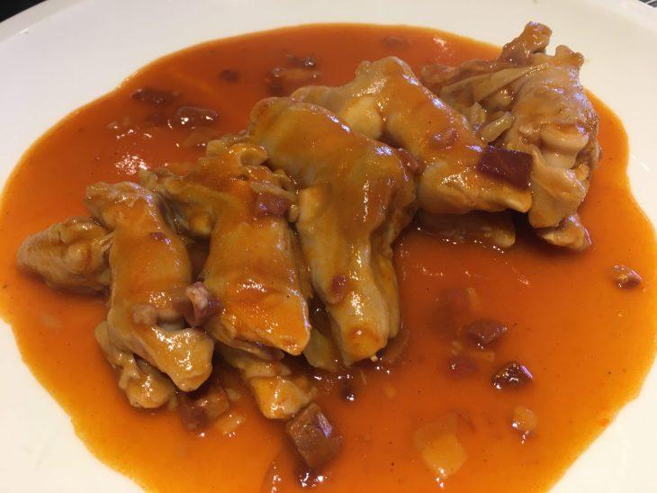 Manitas de cordero en salsa de pimiento choricero