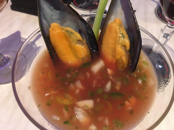 Mejillones en salsa bloody mary sobre vinagreta de piparras