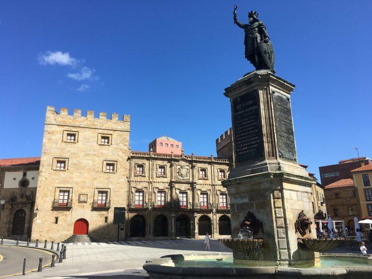 Estatua de Don Pelayo en Gijón