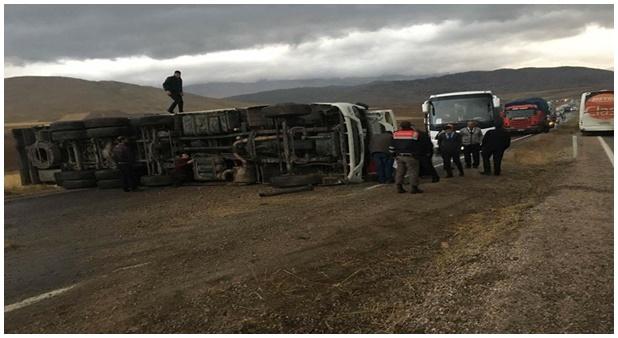 Göksun'da Islak zeminde kayan kamyonet yolu kapattı!