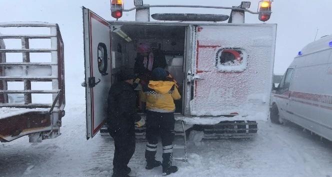 Yolda mahsur kalan aile paletli kar ambulansı ile kurtarıldı