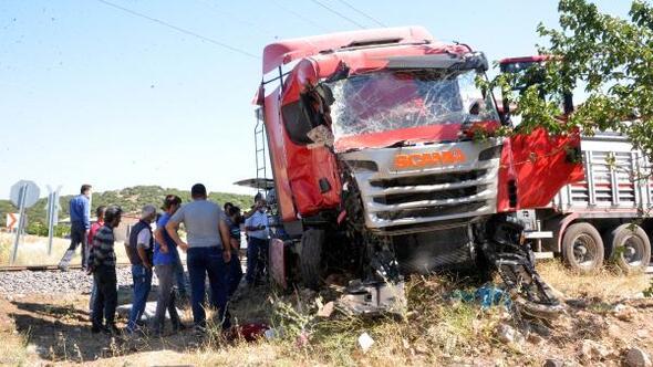 Trenin çarptığı TIR'ın şoförü öldü
