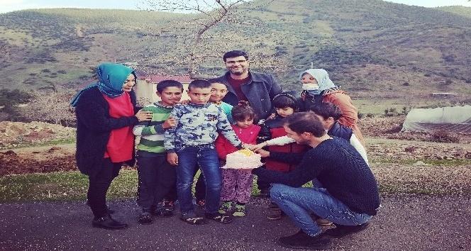 Köy köy gezip çocuklara pasta dağıtıyorlar