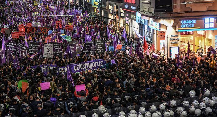 Feminist Gece Yürüyüşü'ne katıldıkları için gözaltına alınan kadınlar adliyeye çıkarılacak