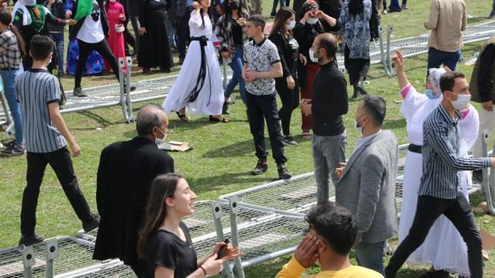 Cizre Newrozu: Halk polis barikatlarını yıktı
