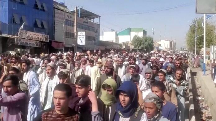Kandahar'da binler Taliban'a karşı yürüdü