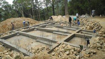 Đội thi công làm móng và chuẩn bị xây tường cho am Dược. Phần móng bằng đá gạo được dỡ và xếp cạnh khu xây dựng - Ảnh: Đ.Hiếu