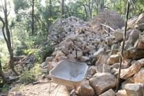 Những khối đá cổ của di tích xưa bị phá bỏ và vứt chỏng chơ ngoài công trình. (Ảnh chụp ngày 17/12/2014)
