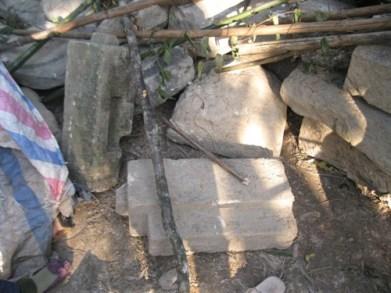 Trụ đá cũ bị vứt ngổn ngang.