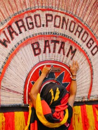 Peserta karnaval dengan kostum reog Ponorogo.