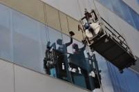 Pembersi Jendela Gedung Graha Pena