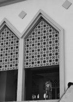 Seorang Muslim Batam masuk ke dalam Masjid Raya.