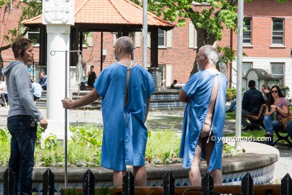 Männer in Krankenhauskleidern im Parc du Portugal in Montreal