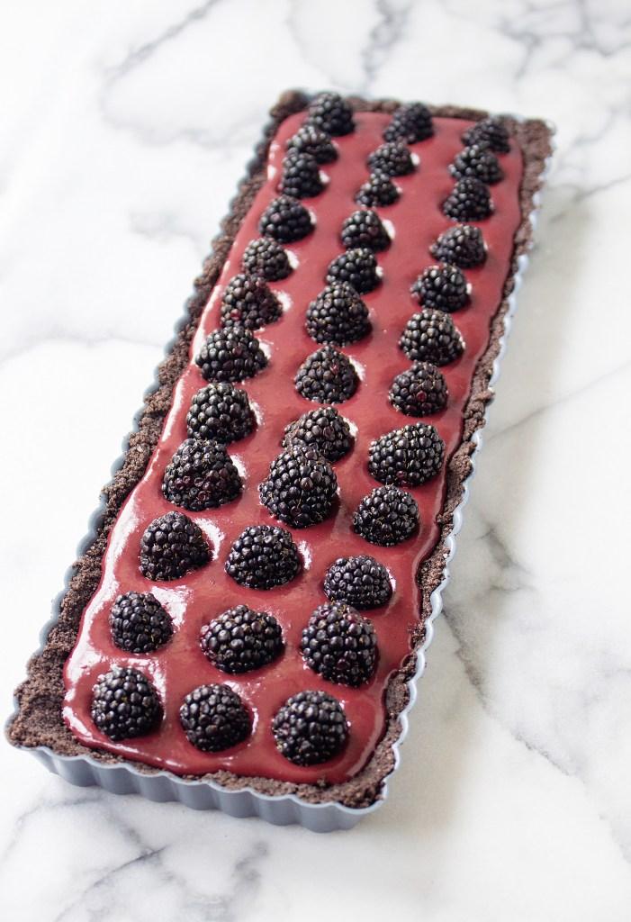 No-Bake Chocolate Blackberry Tart (with an Oreo crust!) | yestoyolks.com