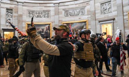 VOA:特朗普誓言不认败选 抗议人士冲击国会大楼