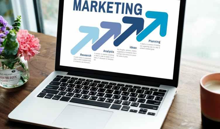 Estrategias de Marketing Digital por Fernando Maciá, un libro sobre todo lo relacionado con Marketing Digital, SEO, SEM, analítica