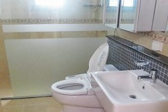 R-AP000062-rent-apt-bathroom