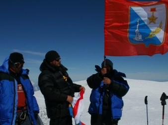 Флаг Севастополя на Восточной вершине Эльбруса