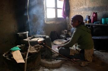 台所でチャパティを焼くストンデの女性