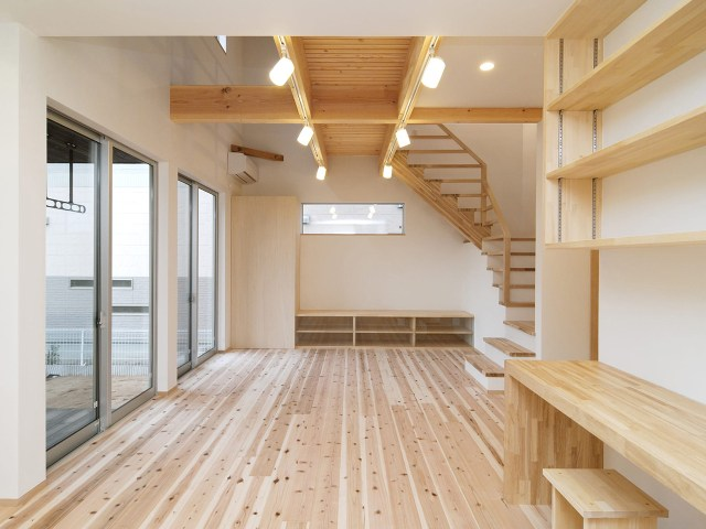 床材に杉を使ったスタディコーナーとリビング階段のある空間!