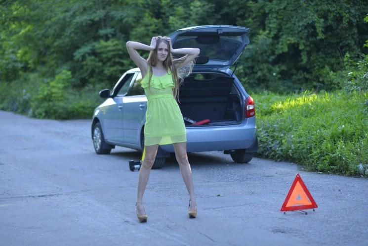 車の前で困った女性