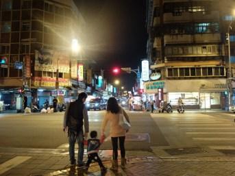 Une petite famille de sortie, en face le marché de nuit.
