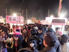 Le marché de nuit, il y a un peu de monde