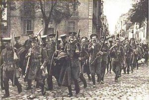 Soldados de la Fuerza Expedicionaria Británica (BEF) llegan a Francia en 1914.