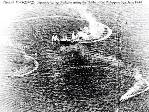 Escena de la batalla: Portaaviones Zuikaku bajo ataque.