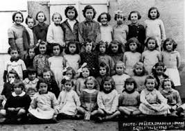 Alumnas de la escuela femenina. Ninguna sobrevivió.