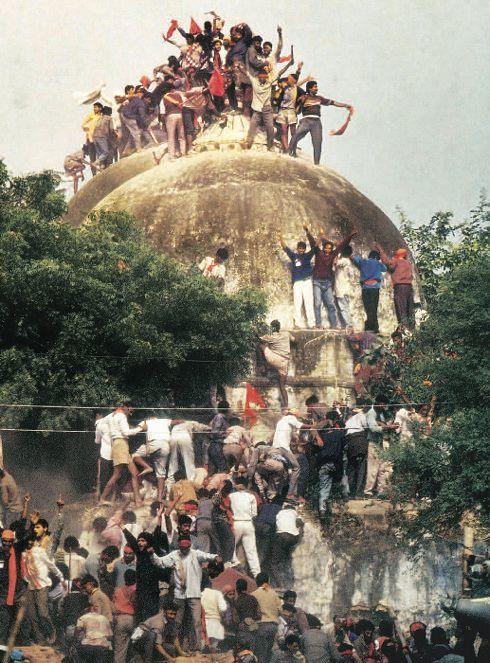 ככה ייעשה למסגד שהאלים אינם חפצים ביקרו. לאומנים הינדואיים נראים כאן במהלך הריסת המסגד בן 500 השנה באיודהיה, 1992. המטרה: לחזור ולהקים את בית המקדש של האל ראם