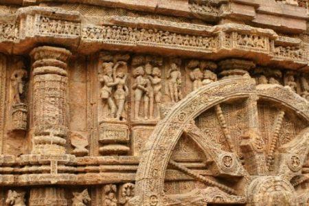 מה הם עושים שם, מאחורי הגלגל? הם עובדים את אלוהיהם, או משהו כזה. על כותל במקדש השמש של קונארק, ליד מפרץ בנגל (צילום: יואב קרני)