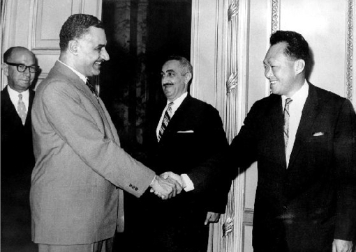 לי קוואן יו נשבה בקסמיו של ה׳ראיס׳, גמאל עבד א-נאצר, קאהיר, אפריל 1962. הוא הבטיח לו שסינגפור אינה רוצה להיות ישראל שניה