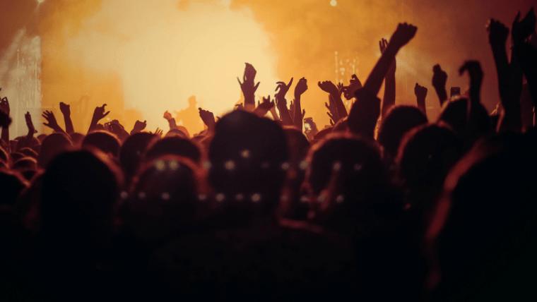 手を挙げる群衆