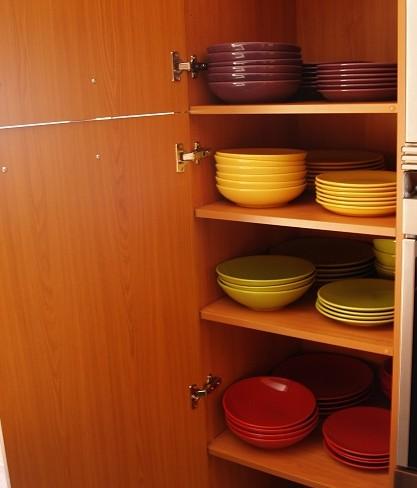 platos en armario