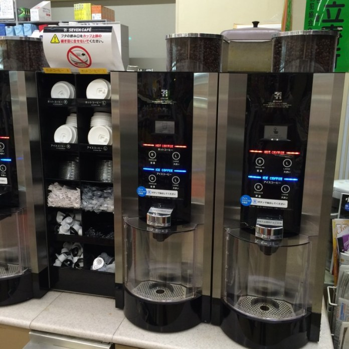 Café recién molido por 1 dólar, tanto frío como caliente, en Tokyo