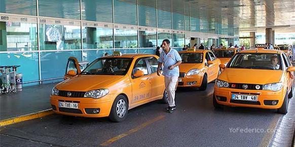 Taxis en el Aeropuerto Ataturk de Estambul, Turquía.