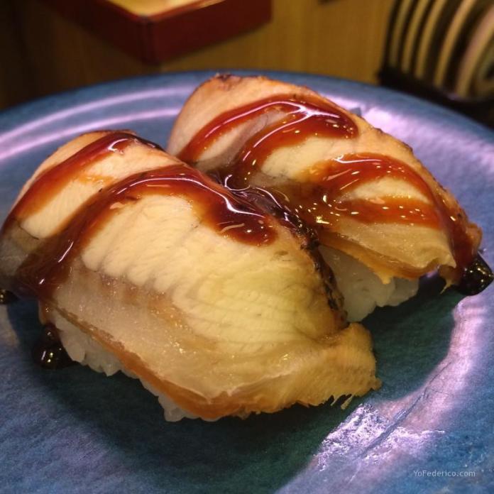 Sushi de Anguila en Kaiten Sushi en Tokyo Japón
