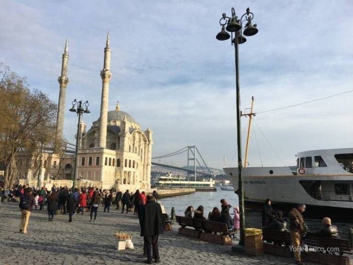 La mezquita de Ortaköy en Estambul 12
