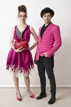 """2279 - מעצבי אופנה מובילים משתפים פעולה עם מותג התיקים """"קיפלינג""""."""