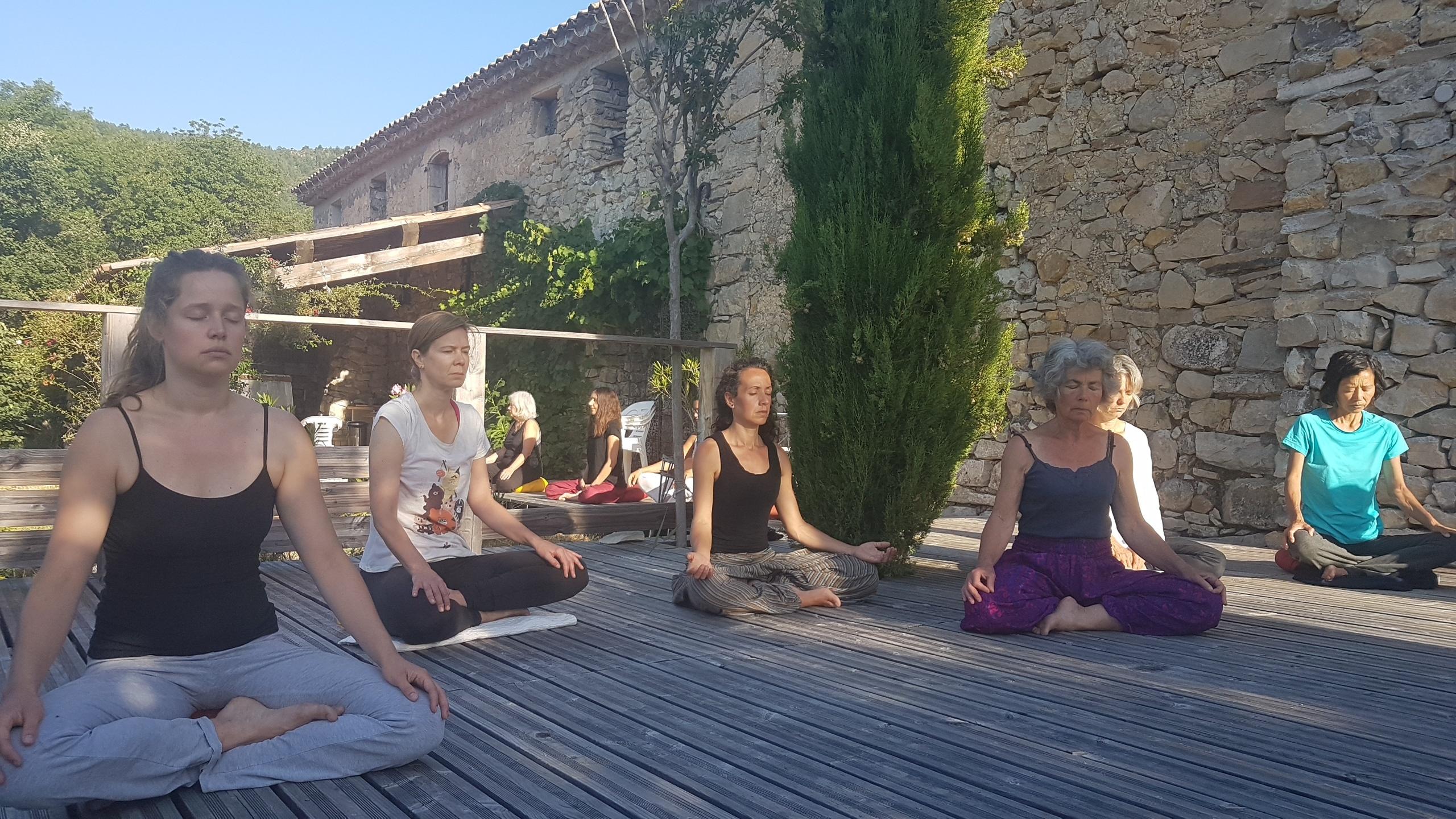 Retraite yoga juillet à Anakhyashram, ashram de yoga en Provence