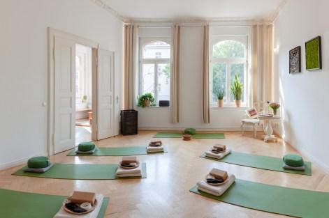 Blick von der Ankleide in den Raum für Yoga mit seinem Interieur sowie den Fenstern - (c) yoga privé