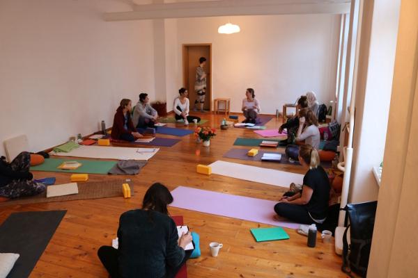 Die Mantra Konzerte mit Pana und Yoga & Cure sind etwas ganz besonderes. Auch wenn Du kein Yoga machst, komme zum Mantrasingen dazu. Falls Du Kinder hast, bringe diese gerne mit! Denn unsere Mantrarunden sind familienfreundlich.