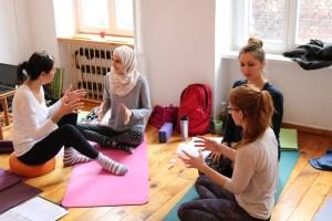 Yoga Ausbildung bei Yoga & Cure mit Dr. med. Wiebke Mohme in Berlin. Die Yoga Lernenden arbeiten auch in Kleingruppen.