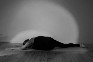 Dr. Mohme beim Yoga - Yoga Ausbildung in Berlin