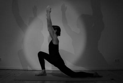 Yoga Ausbildung 2018 - 2019 bei Yoga & Cure. Dr. med Wiebke in Berlin während der Yoga Ausbildung in einer Asana.
